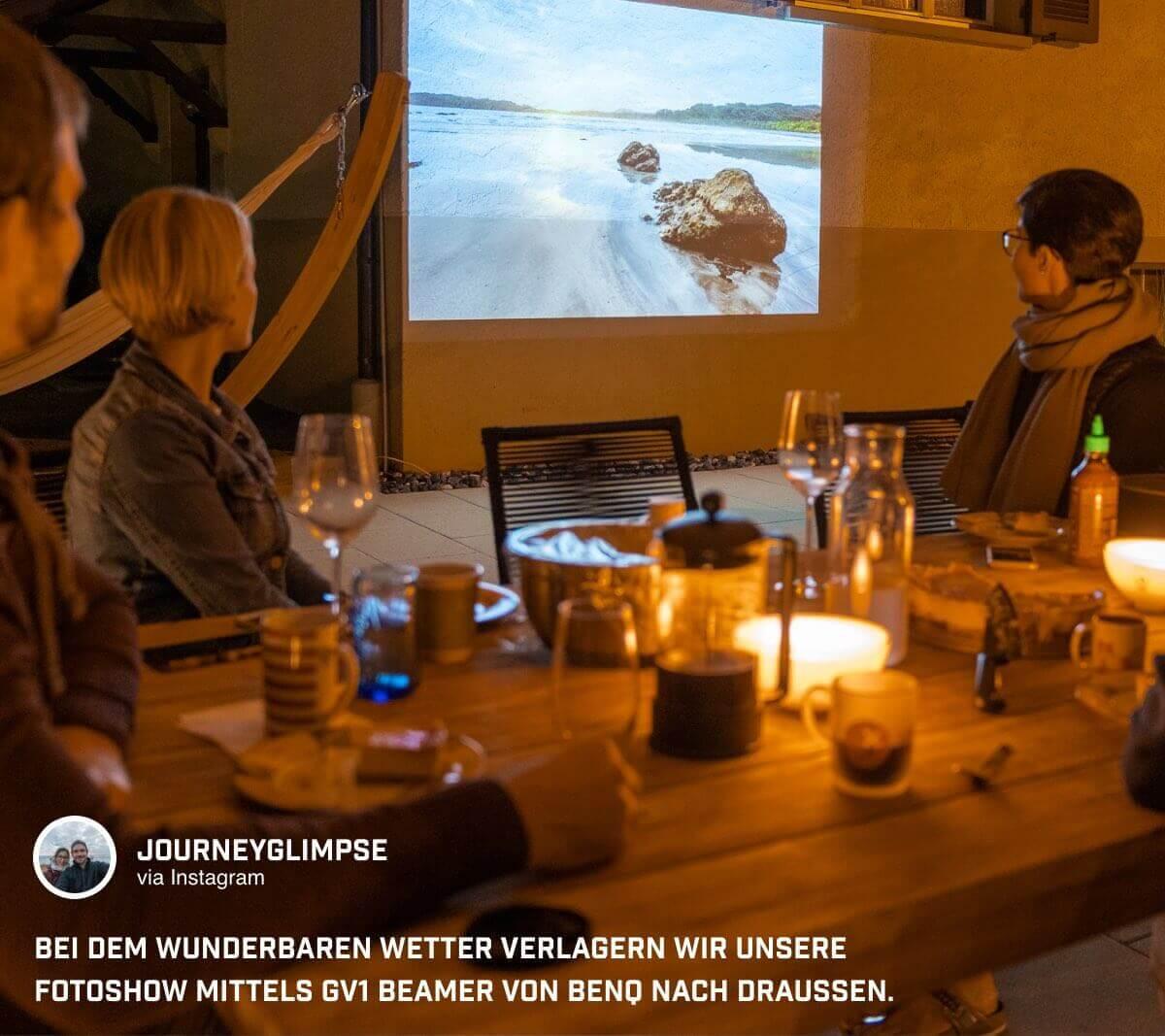 @journeyglimpse genießt Fotoshows im Freien dank des portablen Mini Beamers