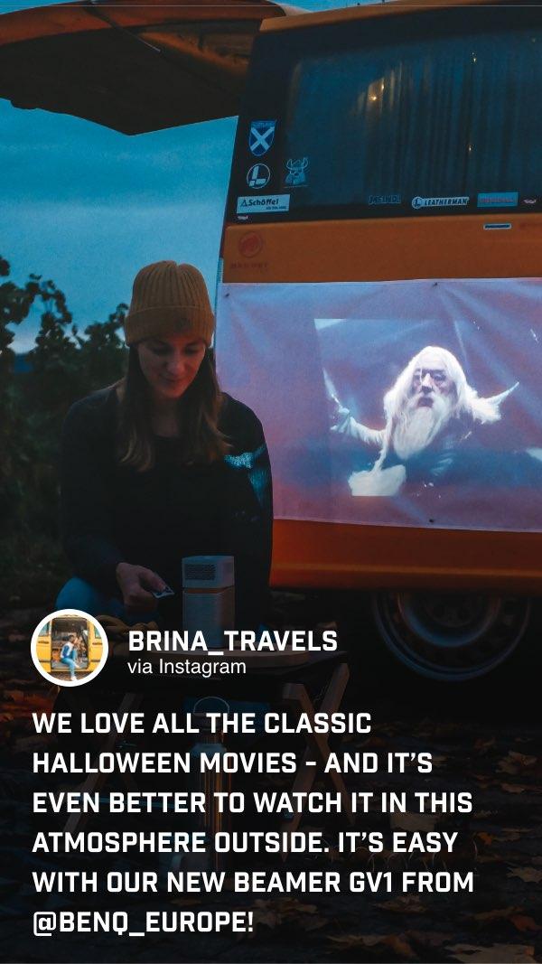 @brina_travels genießt ihre Lieblingsfilme zu Halloween mit dem kabellosen GV1 draußen im Freien.
