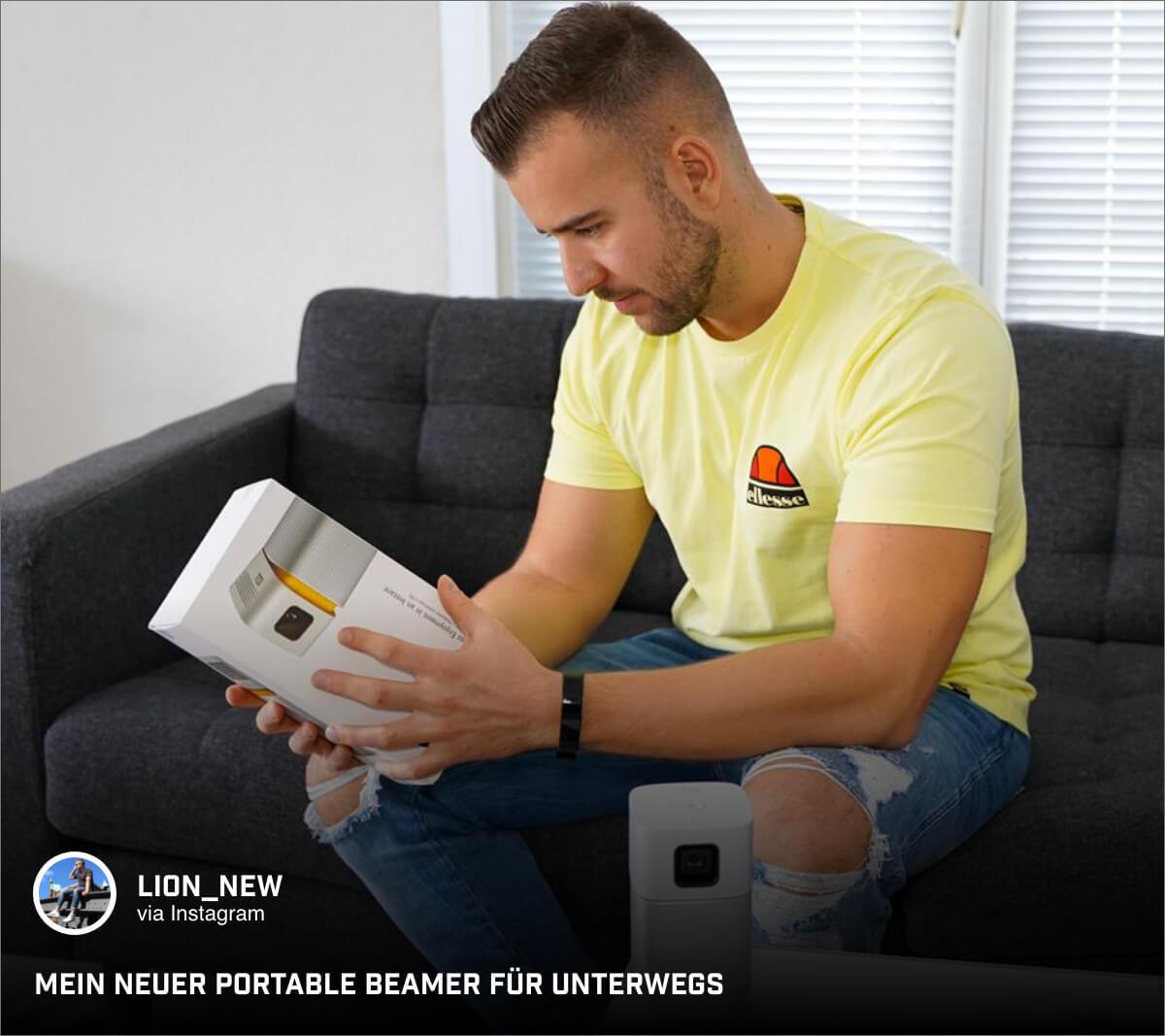 Lifestyle-Blogger @lion_new sieht sich die Features des portablen Mini-Beamers GV1 an.