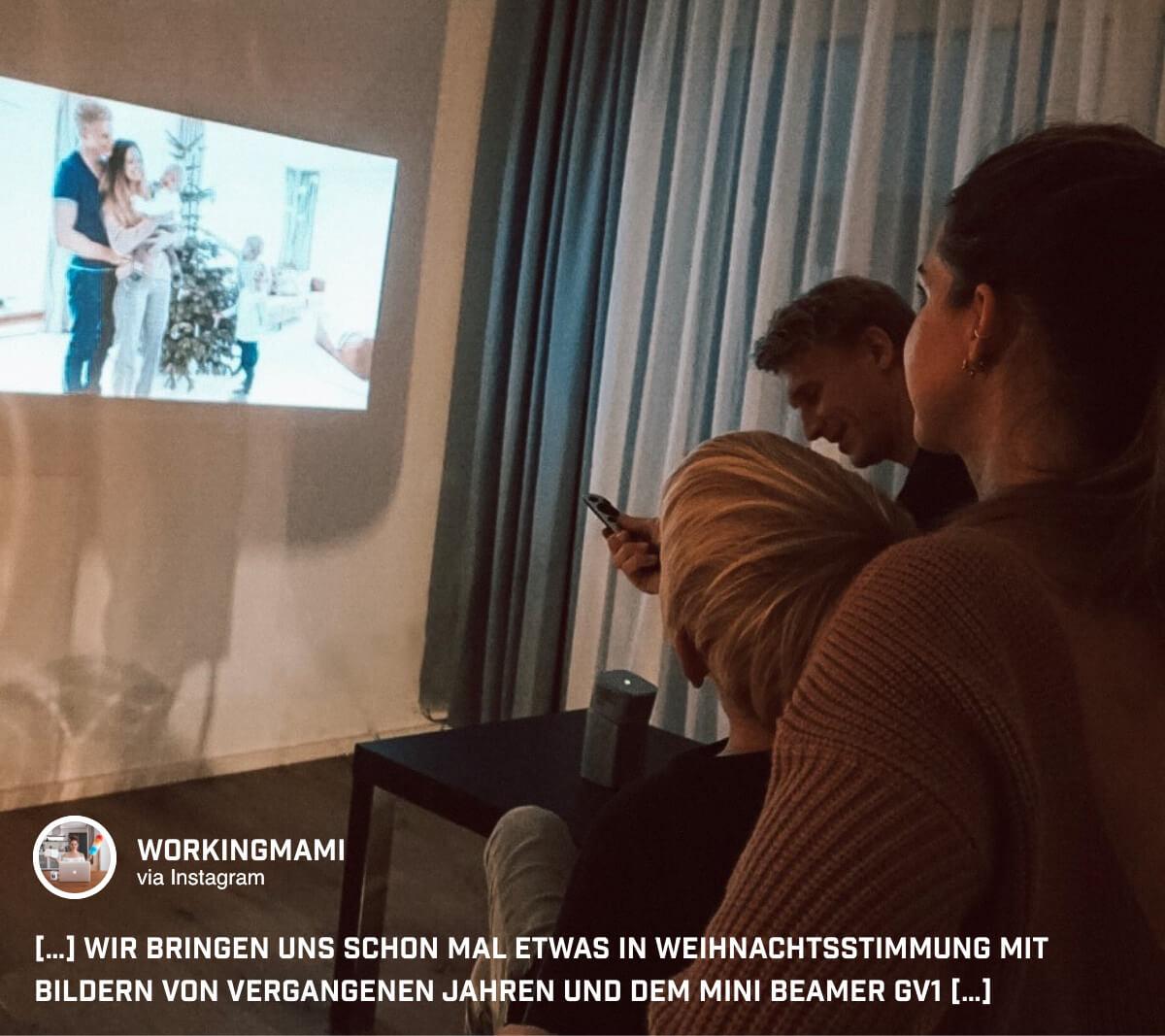 @workingmami streamt beim Familienabend alte Fotos mit dem GV1 von BenQ an die Wohnzimmerwand.