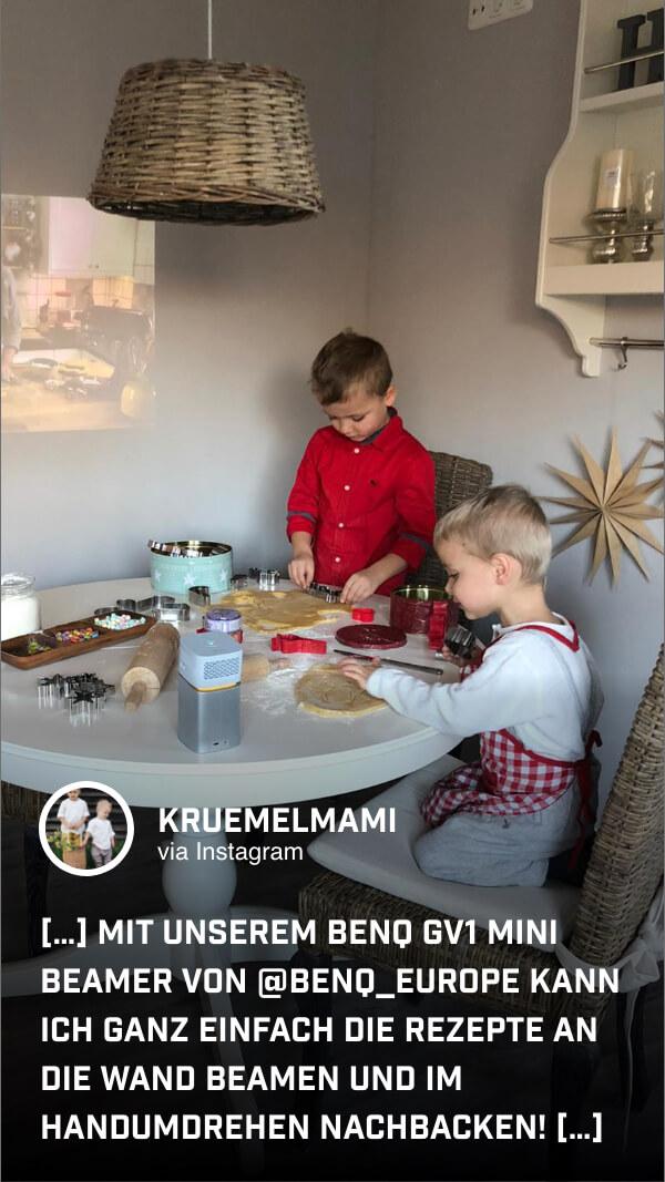 @kruemelmami nutzt den Mini-Beamer, um während der Wartezeit auf die Kekse einen Film an die Küchenwand zu projizieren.