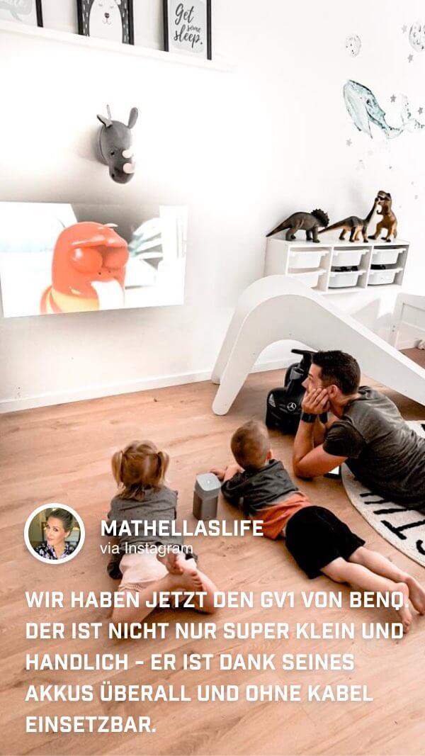 Die Kinder von @mathellaslife schauen mit ihrem Papa auf dem Boden im Kinderzimmer auf dem BenQ GV1 ihre Zeichtrickfilme