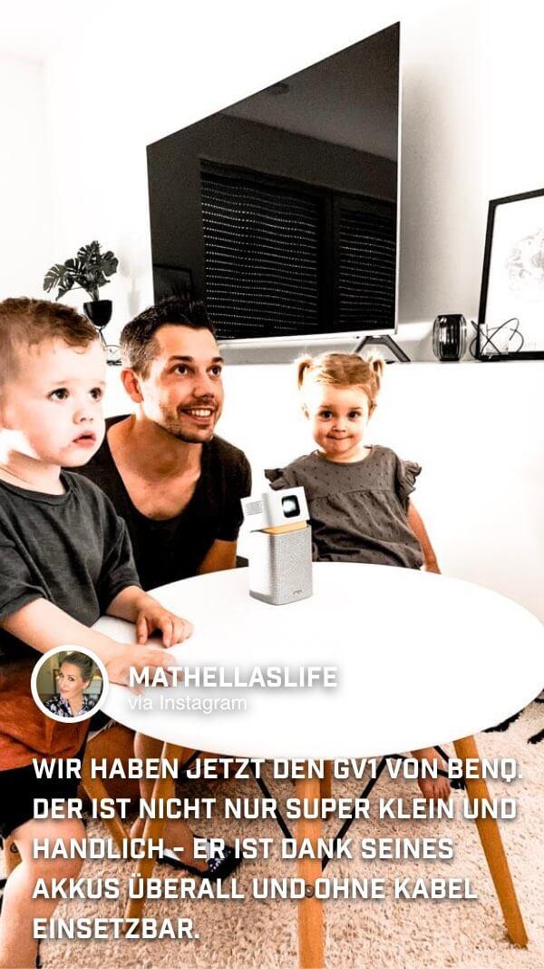 Die Familie von @mathellaslife hat den tragbaren Minibeamer GV1 von BenQ für einen Kinoabend auf den Kindertisch gestellt