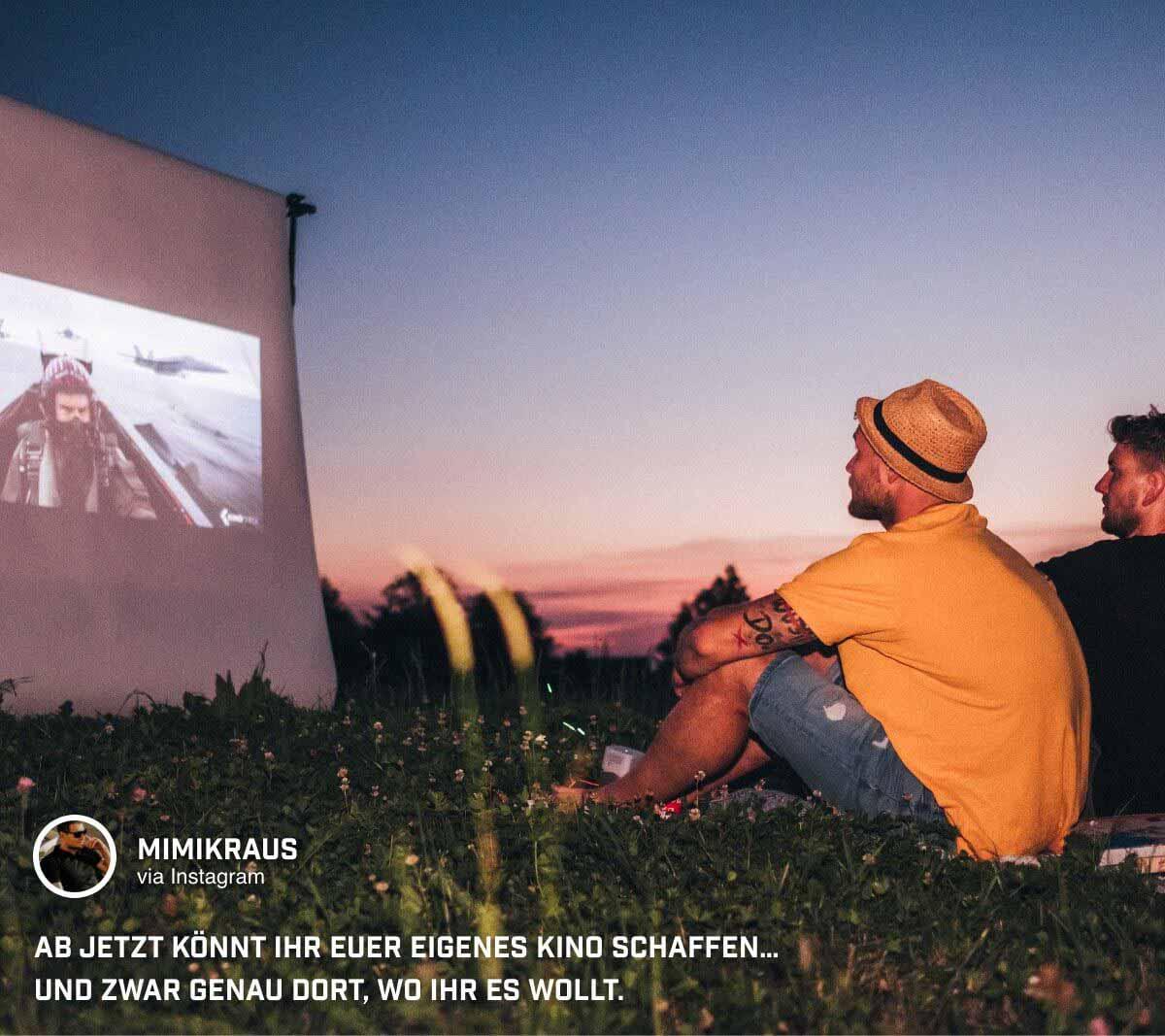 Michael Kraus @mimikraus schaut abends in freier Natur Filme auf dem portablen Minibeamer GV1 von BenQ