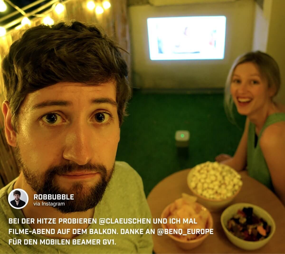 Freunde, Snacks und ein tragbarer Beamer bieten beste Vorrausetzungen für einen Filmabend auf dem Balkon bei @robbubble