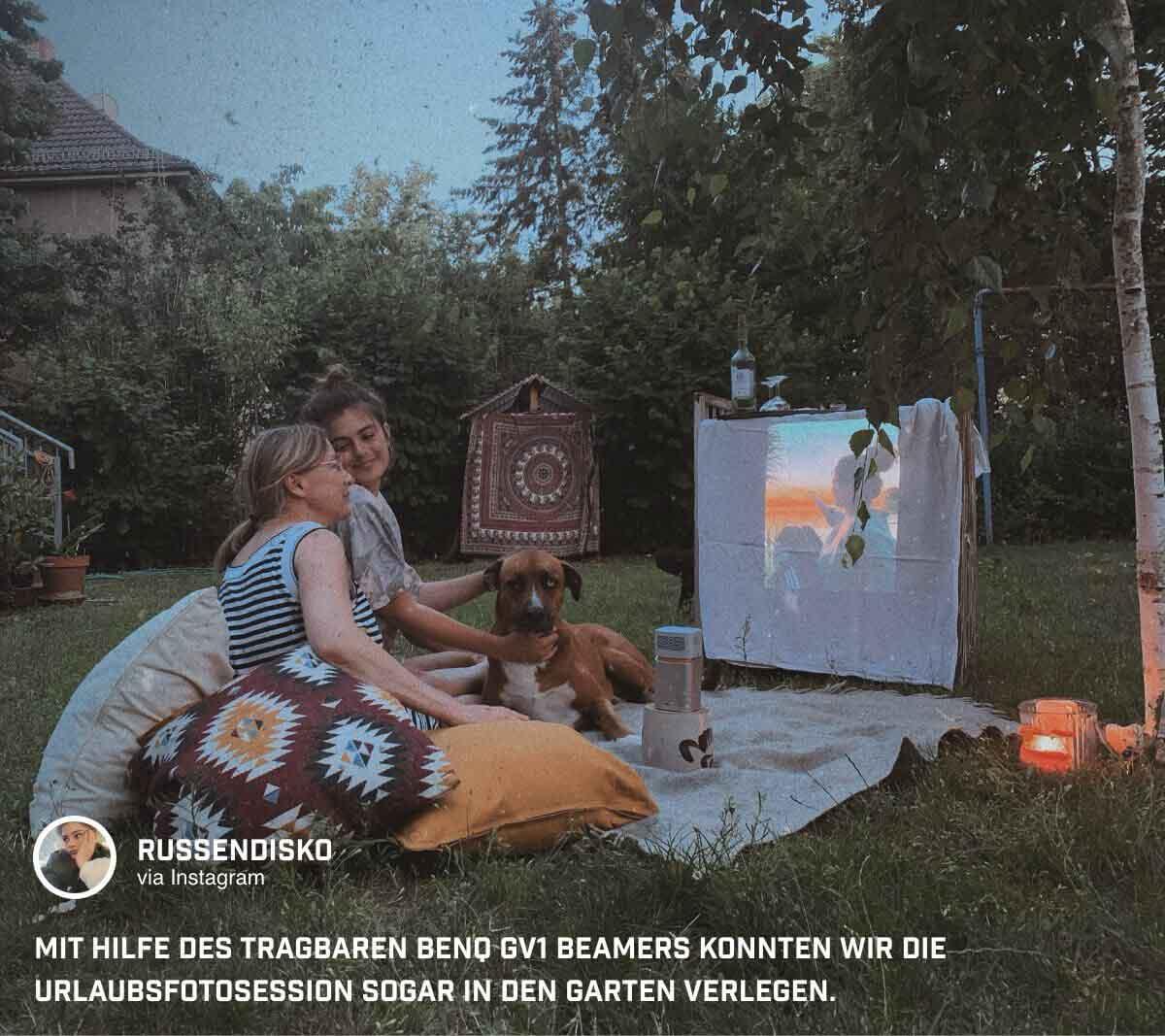 @russendisko hat sich eine Leinwand gebastelt und sorgt mit Urlaubsfotos auf dem BenQ GV1 Mini Beamer für eine entspannte Atmosphäre beim Picknick