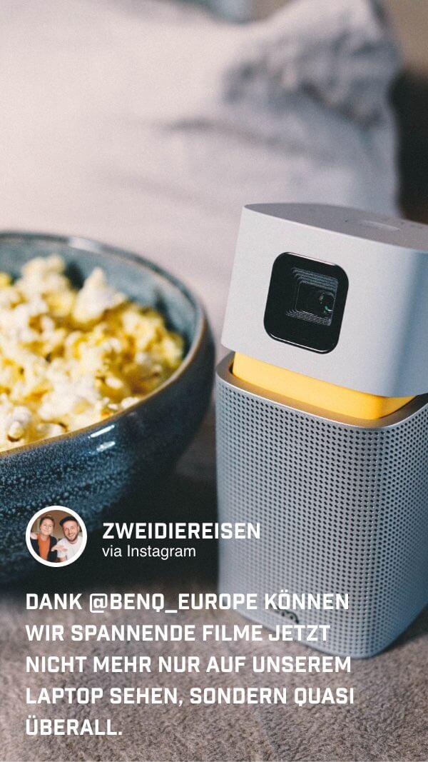 @zweidiereisen genießen Popcorn während sie den kleinen Beamer von BenQ nutzen
