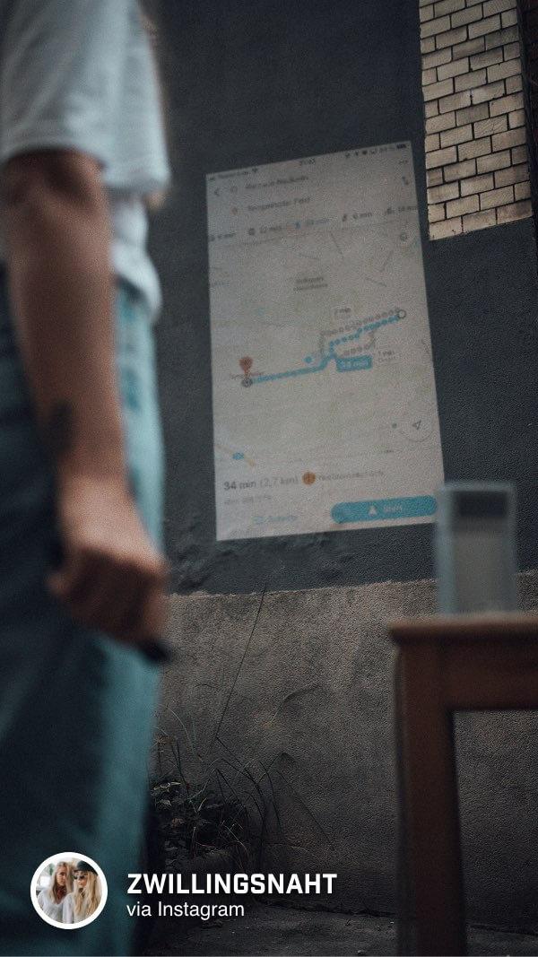@zwillingsnaht schaut sich die Wegstrecke mithilfe des BenQ GV1 Mini Beamers auf der Wand an