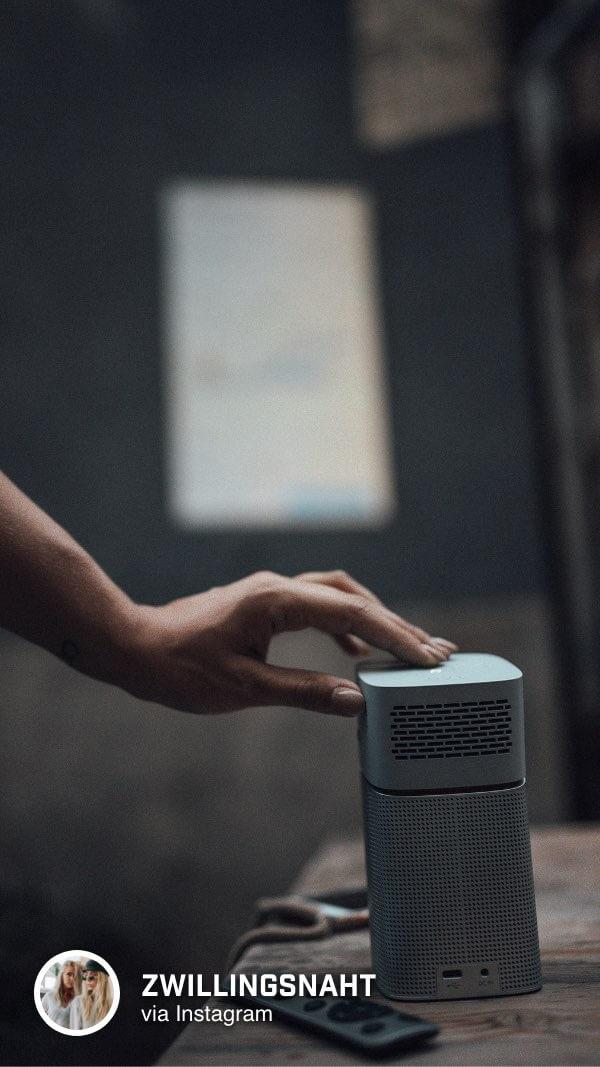 @zwillingsnaht nutzt einen Wifi-Hotspot für eine kabellose Verbindung für den kleinen Beamer von BenQ