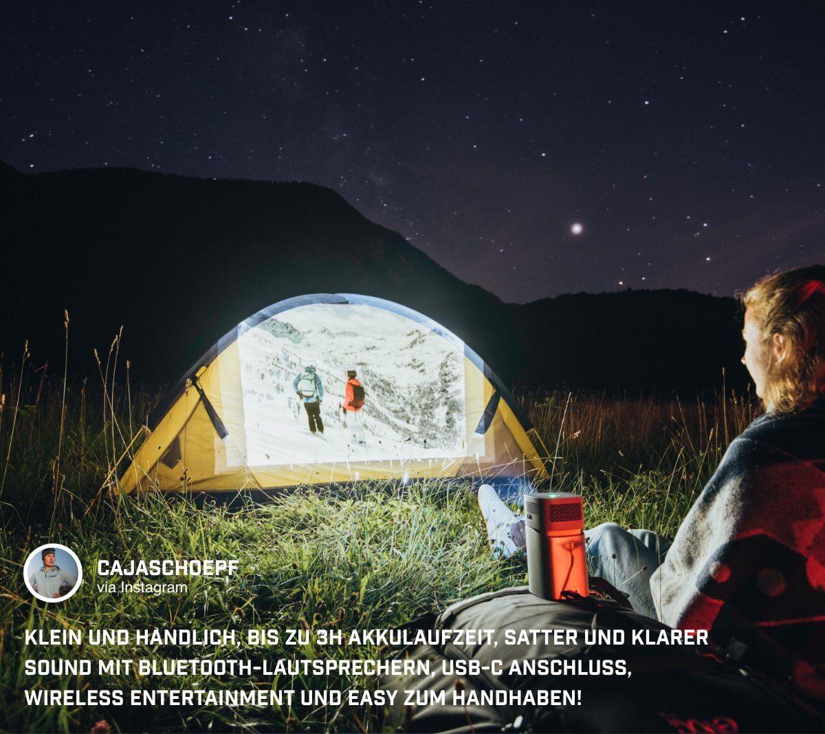 @cajschoepf nutzt den portablen Mini Beamer im Freien unter klarem Sternenhimmel