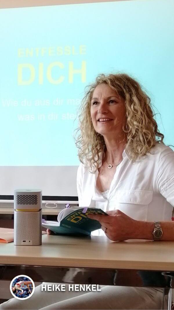 Heike Henkel nutzt den GV1 bei einer Lesung aus ihrem Buch 'Entfessle dich'