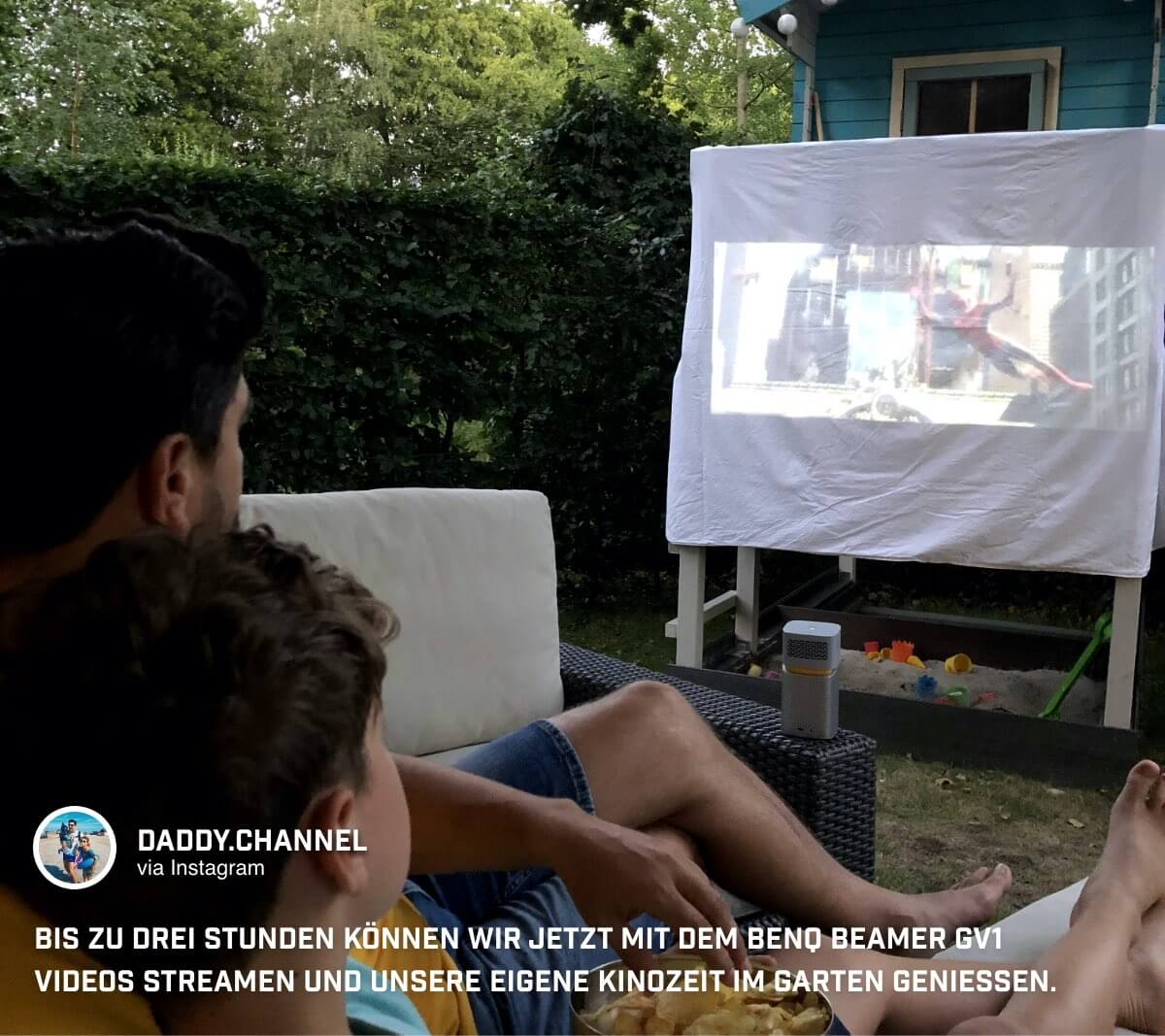 Der BenQ GV1 Mini Beamer bietet @daddychannel Filme auf der Leinwand mit der Familie im eigenen Garten