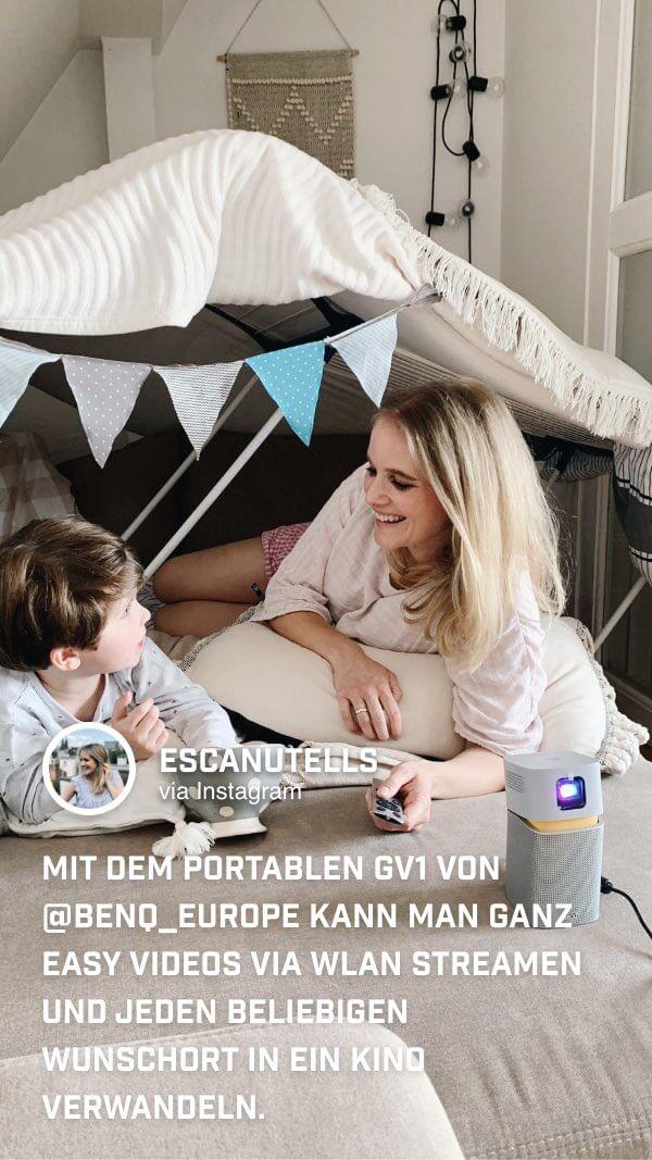 @escanutells genießt mit ihren Kindern und dem BenQ GV1 Mini Beamer Familienzeit in einer selbstgebauten Höhle im Kinderzimmer