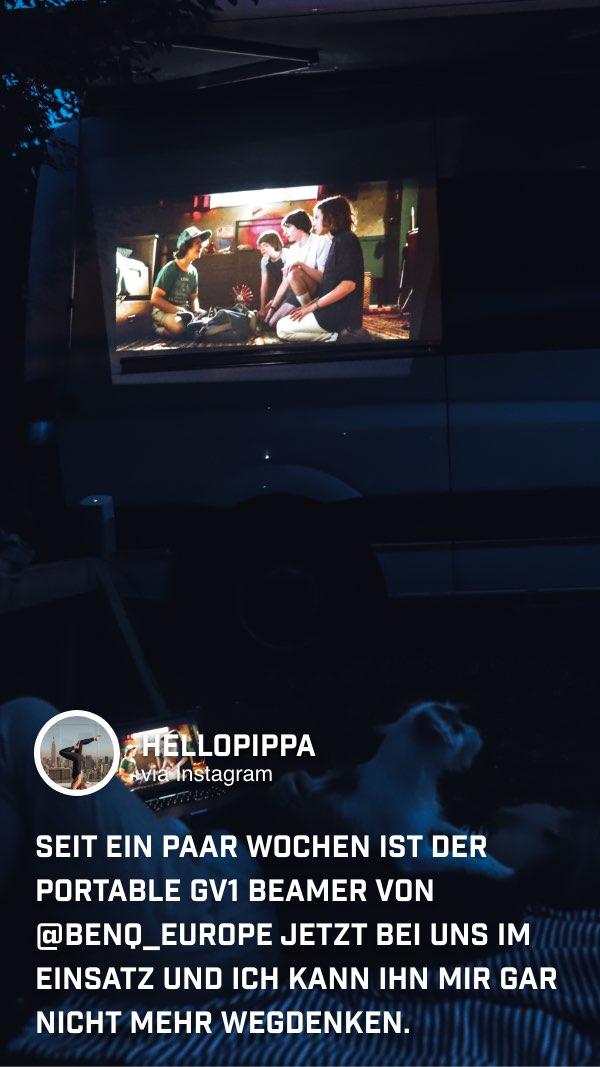 @hellopippa genießt abends Serien und Filme auf ihrem Roadtrip mit dem portablen Mini Beamer GV1