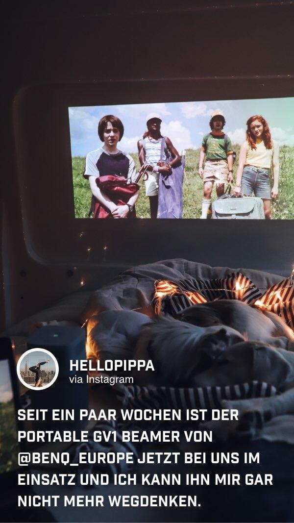 @hellopippa schaut gemütlich ihren Lieblingsfilm im Camping Van auf dem kleinen Beamer von BenQ