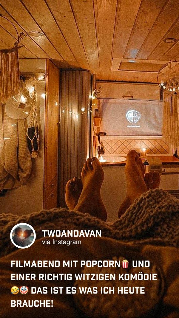 @twoandavan haben sich einfach mit dem tragbaren Mini Beamer GS2 ein gemütliches Heimkino im eigenen Van eingerichtet